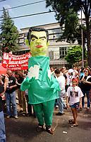 Boneco caracterizado de Jader Barbalho e com cores de rã em manifestacão contra extinção da Sudam.<br />Belem-Para<br />09.05.2001<br />Foto: Janduari Simões/Interfoto