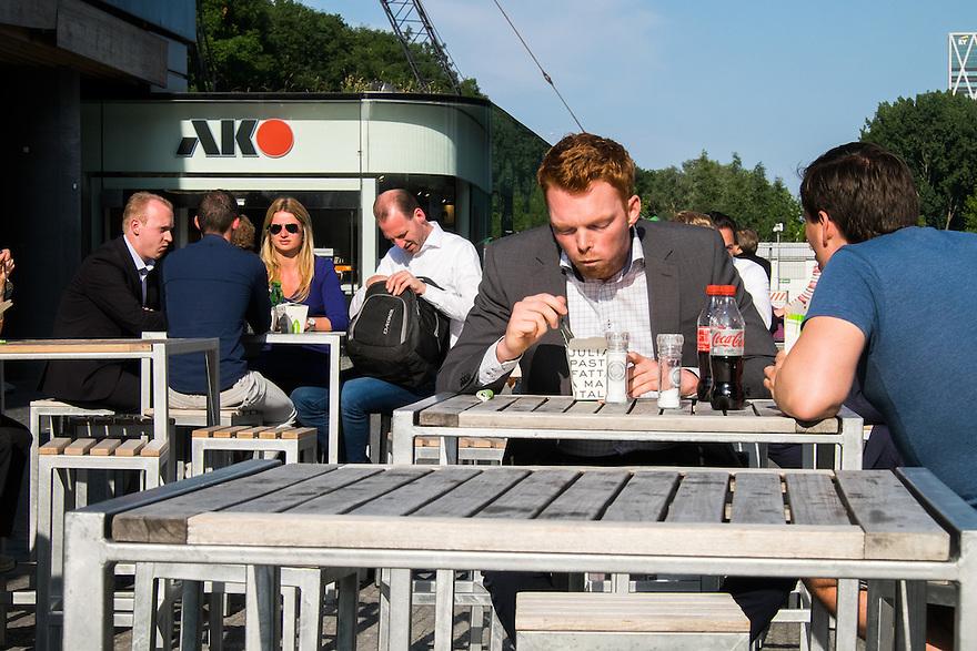 Nederland, Amsterdam, 16 juli 2015<br /> Amsterdam Zuidas. Mannen die op de Zuidas werken lunchen bij Julia's. Kantoorpersoneel. <br /> <br /> Foto: Michiel Wijnbergh