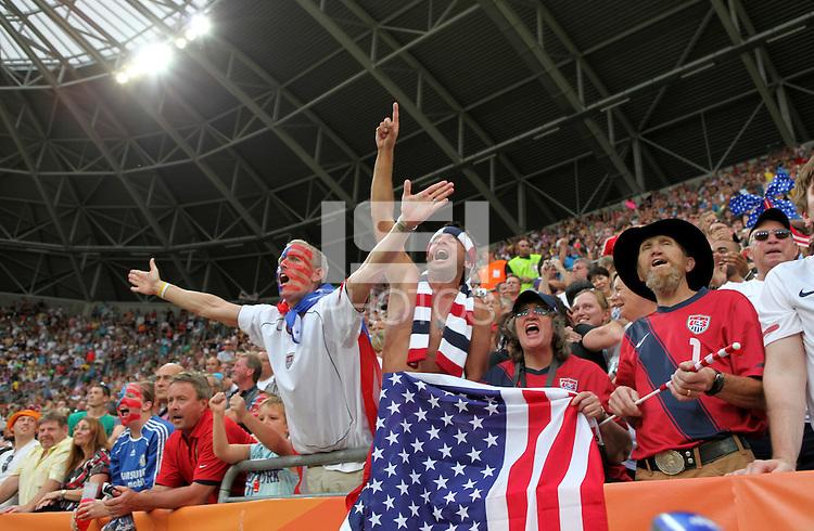 Dresden , 100711 , FIFA / Frauen Weltmeisterschaft 2011 / Womens Worldcup 2011 , Viertelfinale ,  .Brasilien (BRA) gegen USA  . amerikanische Fans jubeln über den Einzug ins Halbfinale .Foto:Karina Hessland .