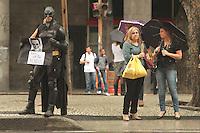RIO DE JANEIRO, RJ, 12.12.2013 - ATO CONTRA CONDIÇÕES DA CIDADE E A PRISÃO DE MANIFESTANTES - Manifestantes realizam ato pelo centro contra a condição da cidade mediante o caos que se instalou na por conta da chuva de quarta feira e a prisão de manifestantes nessa quinta 12. (Foto: Levy Ribeiro / Brazil Photo Press)