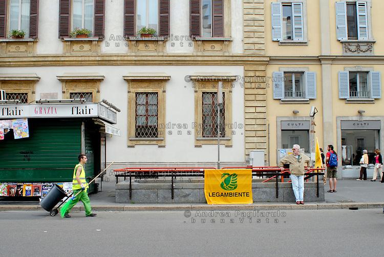 Milano, operatore ecologico in Corso Venezia.<br /> Milan, garbage collector in Corso Venezia.