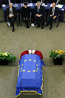 Jean Claude Junker, Maike Kohl-Richter, Antonio Tajani <br /> <br /> STRASBOURG, FRANCE - JULY 01: The guard of honor carrie the coffin of former German Chancellor Helmut Kohl draped with a flag of the European Union out of the memorial ceremony at the European Parliament on July 1, 2017 in Strasbourg, France. Kohl was chancellor of Germany for 16 years and led the country from the Cold War through to reunification. He died on June 16 at the age of 87. <br /> Foto Elyxandro Cegarra / Panoramic / Insidefoto <br /> ITALY ONLY