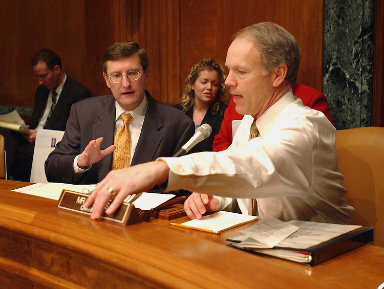 2/13/03.FY 2004 DEPARTMENT OF TRANSPORTATION BUDGET PROPOSALS--Senate Budget ranking Democrat Kent Conrad, D-N.D., and Chairman Don Nickles, R-Okla., talk before the hearing with Department of Transportation Deputy Secretary Michael Jackson..CONGRESSIONAL QUARTERLY PHOTO BY SCOTT J. FERRELL