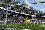 10.09.2017, Olympiastadion, Berlin, GER, 1.FBL, Hertha BSC vs SV Werder Bremen<br /> <br /> im Bild<br /> Torszene zum 1:1 Ausgleich durch Thomas Delaney (Werder Bremen #6) gegen Rune Jarstein (Hertha #22), aufgenommen mit remote / Hintertorkamera, <br /> <br /> Foto &copy; nordphoto / Ewert