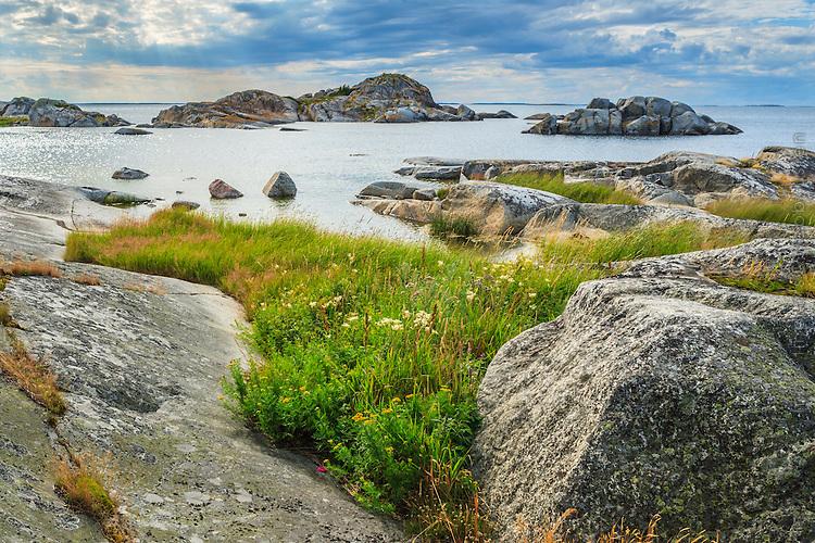 Stenar, hällar och skär på Stora Nassa i Stockholms skärgård. / Skerries in the Stockholm archipelago in Sweden.