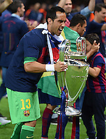 FUSSBALL  CHAMPIONS LEAGUE  FINALE  SAISON 2014/2015   Juventus Turin - FC Barcelona                 06.06.2015 Der FC Barcelona gewinnt die Champions League 2015: Torwart Claudio Bravo jubelt mit dem Pokal