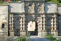 Deutschland, Bayern, Mittelfranken, Naturpark Altmuehltal, Weissenburg in Bayern: die Wuelzburg - ehemaliges Benediktinerkloster bevor es 1588 in eine Festung umgewandelt wurde, heute ein Stadtteil von Weissenburg, das Prunktor | Germany, Bavaria, Middle Franconia, Nature Park Altmuehl Valley, near Weissenburg in Bayern: Wuelzburg Castle, former Benedictine Monastery, the Parade Gate
