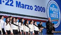 Il cantautore Enrico Ruggeri canta all'inizio dei lavori della prima giornata del Congresso di Alleanza Nazionale a Roma, 21 marzo 2009..UPDATE IMAGES PRESS/Riccardo De Luca