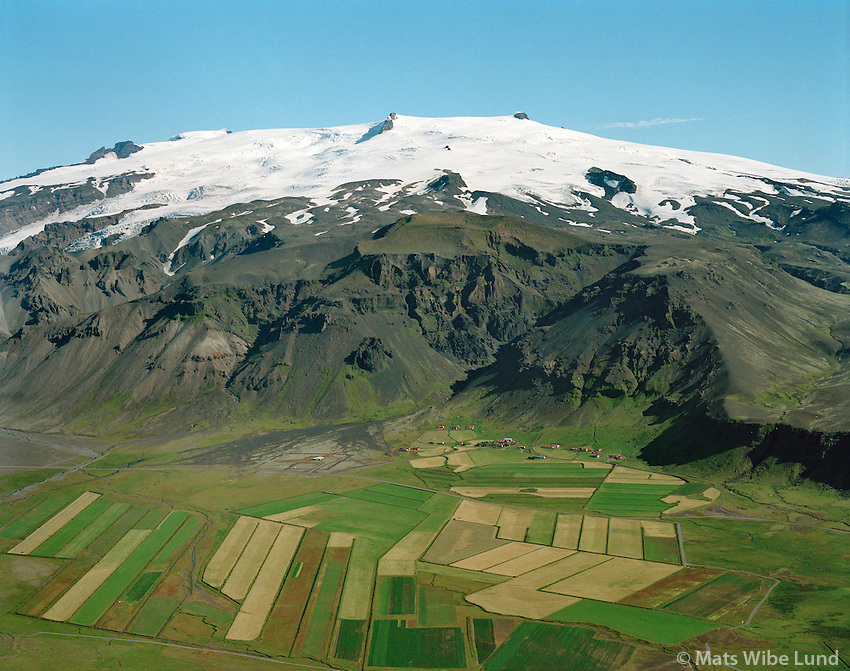 Hof, Hofshreppur, Öræfajökull gnæfir yfir..The glacier Oraefajokull above the farms at Hof. Hofshreppur.