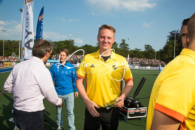 UTRECHT -  Scheidsrechter Coen van Bunge   na  de finale van de play-offs om de landtitel tussen de heren van Kampong en Amsterdam (3-1).    COPYRIGHT KOEN SUYK