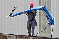 SAO PAULO, SP, 11 JULHO 2012 - HELICOPTERO QUEDA LAPA - Um helicóptero, com dois tripulantes, caiu na Rua Guaicurus, altura do nº 200, na região da Água Branca, zone oeste de São Paulo (SP), na manhã desta quarta-feira (11), dentro de uma fábrica. Quatorze viaturas do corpo de bombeiros foram descolocadas para o local. Confirmado dois mortos. (FOTO: VAGNER CAMPOS / BRAZIL PHOTO PRESS).