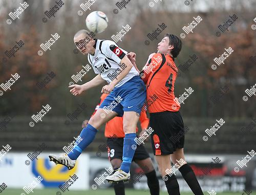 2010-01-17 / Voetbal / seizoen 2009-2010 / Willebroek-Meerhof - Ternat / Steve De Saegher (L, Ternat) in duel met Ben Van Gorp..Foto: mpics