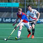 AMSTELVEEN - Nicky Leijs (Adam) met Leon van Barneveld (SCHC)  tijdens  de hoofdklasse competitiewedstrijd hockey heren,  Amsterdam-SCHC (3-1).  COPYRIGHT KOEN SUYK