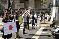 SAO PAULO, 31 DE AGOSTO DE 2012 - MANIFESTACAO MORTE DE GOLFINHOS NO JAPAO - Manifestantes de Organizacoes Vegetarianas e de protecao aos animais protestam, em frente ao Consulado do Japao, na Avenida Paulista, na tarde desta sexta feira, contra a caça aos golfnhos que acontece a partir de setembro na cidade de Taiji, Japao. No periodo de setembro a marco, todos os anos cerca de 20.000 golfinhos sao mortos. FOTO: ALEXANDRE MOREIRA - BRAZIL PHOTO PRESS
