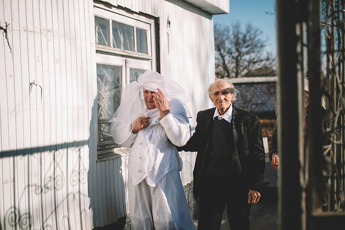 Nadejda and Petru Cerva aus dem Dorf Frasin feiern ihren 50. Hochzeitstag. /<br />