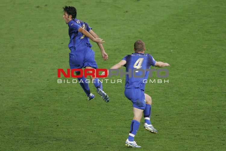FIFA WM 2006 -  Final - Finale<br /> Play    #64  (09. Juli ) Italien - Frankreich<br /> <br /> Fabio Grosso (links) von Italien ist beim Jubellauf nicht zu stoppen. Daniele De Rossi (rechts) versucht ihn zu halten.<br /> Italien gewinnt das Elfmeterschiessen gegen Frankreich.<br /> <br /> Foto &copy; nordphoto