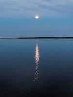 Vollmond über dem Lauwersmeer, Provinz Groningen, Niederlande; UNESCO-Weltnaturebe