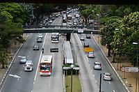 SÃO PAULO, SP, 13 DE JANEIRO DE 2012 - TRANSITO ÚLTIMO DIA RODÍZIO - Trânsito na Avenida Nove de Julho, altura do Trianon, no último dia de rodízio, na tarde desta sexta-feira,13. FOTO: ALEXANDRE MOREIRA - NEWS FREE.