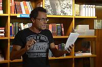 SAO PAULO, 27 DE MARCO DE 2013 - LANCAMENTO LIVRO TONY BELOTTO - O guitarrista dos Titãs e escritor, Tony Belotto durante lançamento do seu oitavo livro, Machu Picchu, pela editora Companhia das Letras, na Livraria Cultura do Conjunto Nacional, Avenida Paulista, na noite desta quarta feira, 27.  (FOTO: ALEXANDRE MOREIRA / BRAZIL PHOTO PRESS)