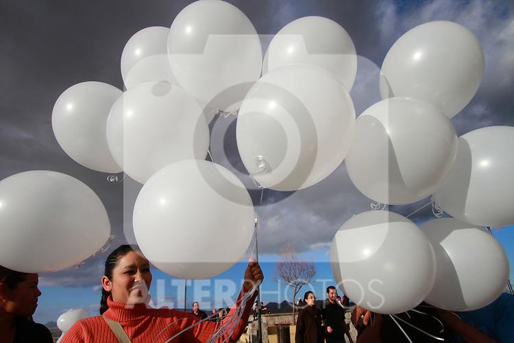 Familiares y fans de Jenny Rivera acudieron esta tarde a la cima de el cerro de la campana en la ciudad de Hermosillo Sonora para rezar por su muerte , los rezos fueron dirigidos por  Edith Angulo Savedra prima de la cantante, al finalizar el evento globos blancos fueron soltados al cielo...(NortePhoto)
