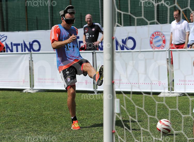 Fussball 1. Bundesliga:  Saison  Vorbereitung 2012/2013     Trainingslager des FC Bayern Muenchen 19.07.2012 Arjen Robben (FC Bayern Muenchen)  spielt Blindenfussball