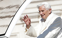 Papa Benedetto XVI saluta i fedeli durante la sua ultima udienza generale del mercoledi' alla vigilia del suo ritiro dal Pontificato, in Piazza San Pietro, Citta' del Vaticano, 27 febbraio 2013..Pope Benedict XVI waves to faithful during his last general Wednesday audience on the eve of his retirement from the Papacy, in St. Peter's square at the Vatican, 27 February 2013..UPDATE IMAGES PRESS/Riccardo De Luca -STRICTLY FOR EDITORIAL USE ONLY-