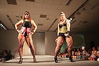 SAO PAULO, SP, 31.01.2015 - FASHION WEEKEND PLUS SIZE / INVERNO 2015 / KORUKRU - Modelo durante desfile da grife Korukru no Fashion Weekend Plus Size , moda inverno 2015 no Centro de Convenções Frei Caneca na Bela Vista região central de São Paulo, na noite deste sábado, (31). (Foto: Marcos Moraes / Brazil Photo Press).
