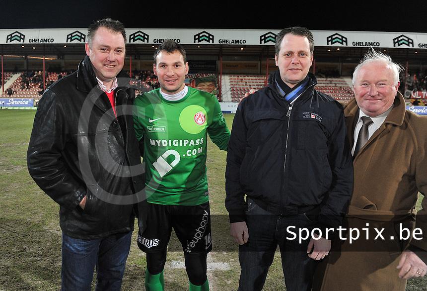 KV Kortrijk - RAEC Mons Bergen : de matchbalschenkers voor de aftrap met Doelman Darren Keet.foto VDB / BART VANDENBROUCKE