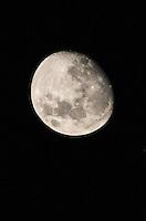 SAO PAULO, SP, 25 DEZEMBRO 2012 - LUA CRESCENTE SAO PAULO - Lua crescente e vista a partir do bairro da Mooca na cidade de Sao Paulo na madrugada desta terça-feira, 25. (FOTO: WILLIAM VOLCOV / BRAZIL PHOTO PRESS).