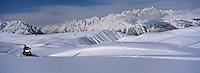 Europe/France/Rhône-Alpes/38/Isère/l'Alpe-d'Huez: Motoneige avec Espace Motoneige à 2100m a l'arrivée du télécabine des Grandes Rousses en fond les sommets de l'Oisans