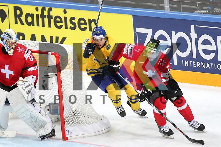 Schweizs Streit, Mark (Nr.7) im Zweikampf mit Schwedens Lindstrom, Joakim (Nr.10)  im Spiel IIHF WC15 Schweiz vs. Schweden.<br /> <br /> Foto &copy; P-I-X.org *** Foto ist honorarpflichtig! *** Auf Anfrage in hoeherer Qualitaet/Aufloesung. Belegexemplar erbeten. Veroeffentlichung ausschliesslich fuer journalistisch-publizistische Zwecke. For editorial use only.