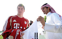 Fussball 1. Bundesliga:  Saison   2011/2012    Winter Trainingslager des FC Bayern Muenchen  03.01.2012 Toni Kroos (FC Bayern Muenchen) schreibt fuer einen katarischen FC Bayern Fan ein Autogramm auf ein FC Bayern Trikot.