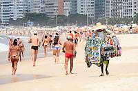 RIO DE JANEIRO, RJ, 13.02.2014 - CLIMA TEMPO / PRAIA / COPACABANA / RJ- Movimentação de banhistas na praia de opacabana, com muito sol e calor, na manhã desta quinta-feira (13), em Copacabana, na zona sul da cidade do Rio de Janeiro, na  desta . (Foto: Marcelo Fonseca / Brazil Photo Press).