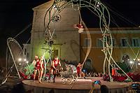 La compagnia FRANCESE LES P'TITS BRAS si esibisce in uno spettacolo di circo aereo acrobatico  in Piazza San Pietro in Montorio in occasione della XXV edizione del Festival Sete Sois Sete Luas