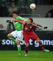 FUSSBALL   1. BUNDESLIGA   SAISON 2012/2013    22. SPIELTAG VfL Wolfsburg - FC Bayern Muenchen                       15.02.2013 Makoto Hasebe (li, VfL Wolfsburg) gegen Mario Mandzukic (re, FC Bayern Muenchen)