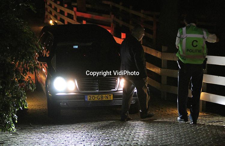 Foto: VidiPhoto..BEEK-UBBERGEN - Horecamagnaat Sjoerd Kooistra is maandagavond laat dood aangetroffen in zijn woning in Beek-Ubbergen bij Nijmegen. Volgens zijn advocaat Oscar Hammerstein heeft Koostra zelfmoord gepleegd, mede veroorzaakt door de financiële problemen. Kooistra had onder meer schuld bij biermagnaat Heineken. Foto: De lijkwagen arriveert.