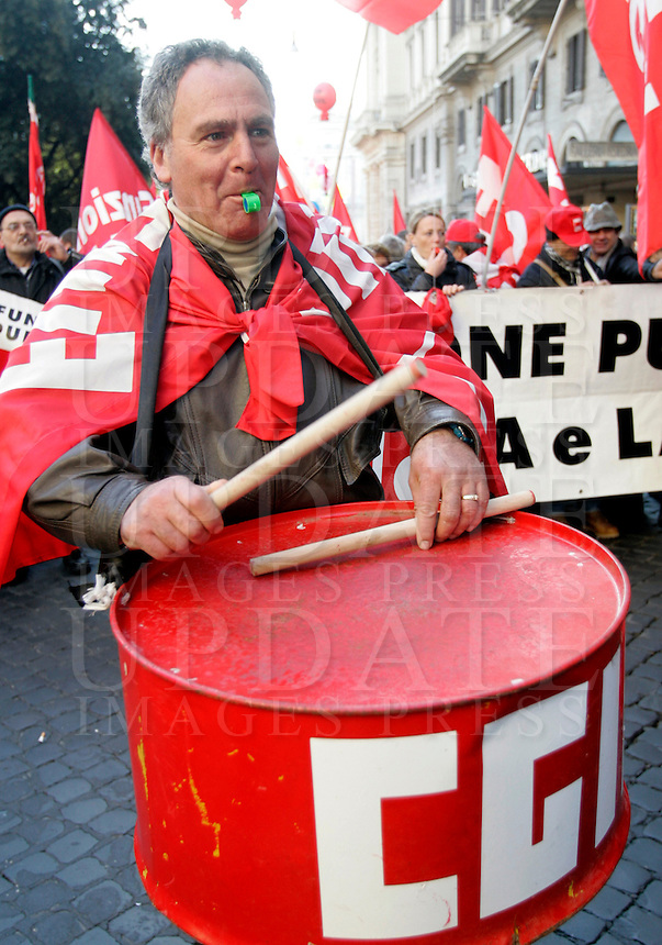 Manifestazione nazionale dei lavoratori del pubblico impiego e della conoscenza indetta dalla Cgil a Roma, 11 dicembre 2009..National demonstration of public function and knowledge workers in Rome, 11 december 2009 against financial cuts..UPDATE IMAGES PRESS/Riccardo De Luca