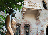Italy, Veneto, Province Capital Verona: Casa di Giulietta - Juliet's House with the most famous balcony in history of literature | Italien, Venetien, Provinzhauptstadt Verona: Haus der Julia (Casa di Giulietta) mit dem beruehmtesten Balkon der Literaturgeschichte