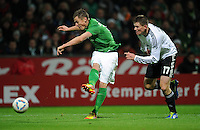 FUSSBALL   1. BUNDESLIGA   SAISON 2011/2012    16. SPIELTAG SV Werder Bremen - VfL Wolfsburg          10.12.2011 Markus Rosenberg (li, SV Werder Bremen) gegen Alexander Madlung (re, VfL Wolfsburg)