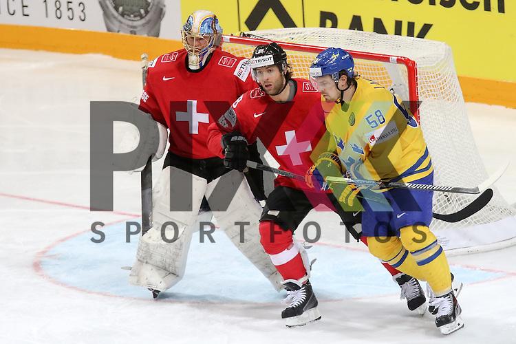 Schweizs Romy, Kevin (Nr.88) im Zweikampf mit Schwedens Lander, Anton (Nr.58)  im Spiel IIHF WC15 Schweiz vs. Schweden.<br /> <br /> Foto &copy; P-I-X.org *** Foto ist honorarpflichtig! *** Auf Anfrage in hoeherer Qualitaet/Aufloesung. Belegexemplar erbeten. Veroeffentlichung ausschliesslich fuer journalistisch-publizistische Zwecke. For editorial use only.