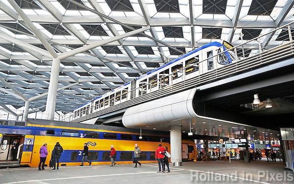 Nederland Den Haag 2017.   De hal van het vernieuwde Centraal Station in Den Haag. Boven staat de Randstadrail.  Foto Berlinda van Dam / Hollandse Hoogte