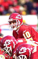 Kansas City Chiefs quarterback Trent Green lines up behind center against the San Diego Chargers at Arrowhead Stadium in Kansas City, Missouri on December 23, 2001.