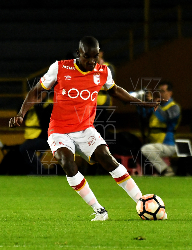 BOGOTA - COLOMBIA – 19 – 04 - 2017: Dairon Mosquera, jugador del Independiente Santa Fe, en acción durante partido entre Independiente Santa Fe de Colombia y Santos de Brasil, de la fase de grupos, grupo 2, fecha 3 por la Copa Conmebol Libertadores Bridgestone 2017, en el estadio Nemesio Camacho El Campin, de la ciudad de Bogota. / Dairon Mosquera, player of Independiente Santa Fe in action during a match between Independiente Santa Fe of Colombia and Santos of Brasil, of the group stage, group 2 of the date 3, for the Conmebol Copa Libertadores Bridgestone 2017 at the Nemesio Camacho El Campin in Bogota city. VizzorImage / Luis Ramirez / Staff.