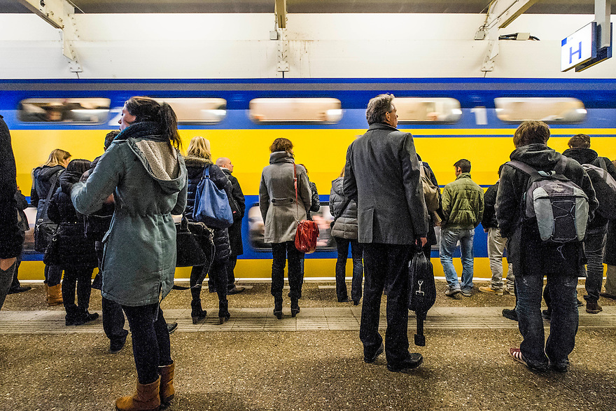 Nederland, Amsterdam, 8 dec 2014<br /> Ns-station Amsterdam Zuid.  Drukte op het perron vanwege de avondspits<br /> Foto: (c) Michiel Wijnbergh