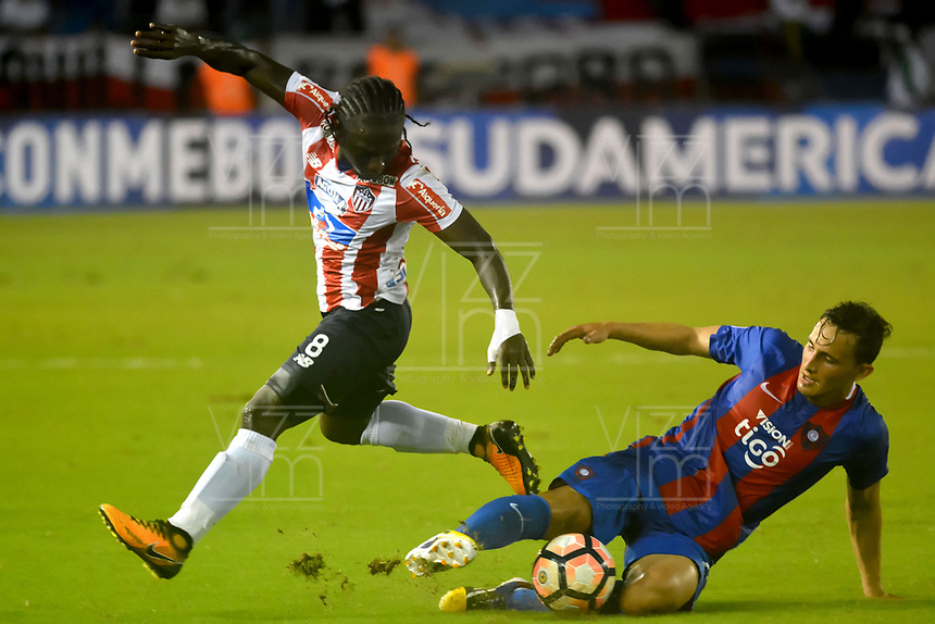 BARRANQUIILLA - COLOMBIA, 19-09-2017: Yimmi Chara (Izq) del Atlético Junior de Colombia disputa el balón con William Candia (Der) jugador de Cerro Porteño de Paraguay durante partido de vuelta por los octavos de final, llave 5, de la Copa CONMEBOL Sudamericana 2017  jugado en el estadio Metropolitano Roberto Meléndez de la ciudad de Barranquilla. / Yimmi Chara (L) player of Atlético Junior of Colombia struggles the ball with William Candia (R) player of Cerro Porteño of Paraguay during second leg match for the eight finals, key 5, of the Copa CONMEBOL Sudamericana 2017played at Metropolitano Roberto Melendez stadium in Barranquilla city.  Photo: VizzorImage/ Alfonso Cervantes / Cont