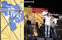 """CUCUTA -COLOMBIA, 22-02-2019.  El cantante venezolano Carlos Baute hace su presentación durante el concierto """"Venezuela Aid Live"""" que se realiza hoy, 22 de febrero de 2019, en el puente internacional Las Tienditas en la frontera de Cucuta, Colombia con Venezuela, con el objetivo de pedir al gobierno de Nicolás Maduro permitir la entrada de ayuda humanitaria a su país. En el concierto participarán 35 artistas regionales e internacionales en una escenario giratorio. / Venezuelan singer Carlos Baute performs during the concert """"Venezuela Aid Live"""" on the International bridge las Tienditas on the border of Cucuta, Colombia with Venezuela with the objetive of asking to the Maduro's regimen allow the humanitarian aid to income to the Venezuelan territories. In the concert, 35 regional and international artists participate in a revolving stage. Photo: VizzorImage / Manuel Hernandez / Cont"""
