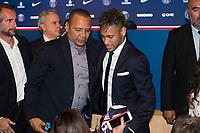 Neymar Jr (PSG) et son pere Neymar Da Silva Sr<br /> 04-08-2017 <br /> Parigi Presentazione nuovo acquisto Neymar <br /> Calcio Ligue 1 2017/2018 <br /> Foto JB Autissier/ Panoramic/Insidefoto