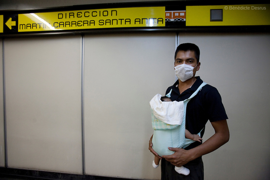 April 26, 2009 - Metro, Mexico City, Mexico - Residents of the Mexican capital wear surgical masks to protect themselves from the swine Flu in the metro. Photo credit: Benedicte Desrus / Sipa Press