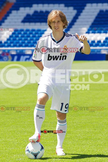 Luka Modric presentation as new Real Madrid player at Santiago Bernabeu Stadium on august 27th 2012...Photo: Cesar Cebolla / ALFAQUI /NortePhoto.com<br /> <br /> **CREDITO*OBLIGATORIO** <br /> *No*Venta*A*Terceros*<br /> *No*Sale*So*third*<br /> *** No*Se*Permite*Hacer*Archivo**<br /> *No*Sale*So*third*