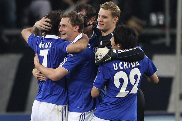 DUS208. GELSENKIRCHEN (ALEMANIA), 13/04/2011.- Los jugadores del Schalke 04 Raúl (i), Manuel Neuer (2d), Atsuto Uchida (d) y Benedikt Hoewedes (c) celebran la victoria del equipo ante el Inter de Milán hoy, miércoles 13 de abril de 2011, en el partido de vuelta de los cuartos de final de la Liga de Campeones de la UEFA en el Veltins-Arena de Gelsenkirchen (Alemania). El Schalke 04 ganó 2-1 y clasificó a la semifinal del torneo. EFE/Friso Gentsch..